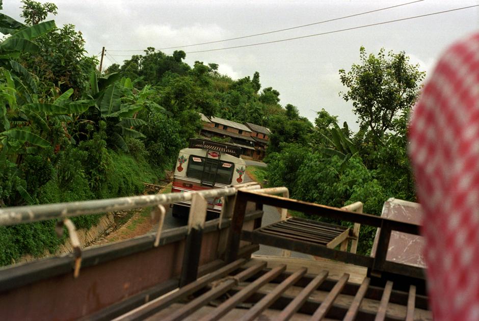 Nepal. Podróż na dachu autobusu.