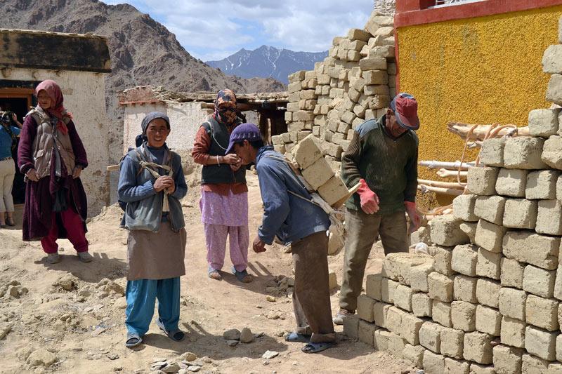 Kobietyt pracujące na budowie w Indiach