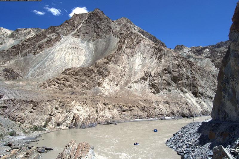 Ladakh w Indiach, backpackerzy spływaja rzeką Indus