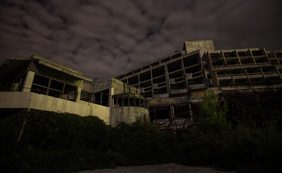 Zdjęcia z Bałkanów - ruiny hotelu w Chorwacji