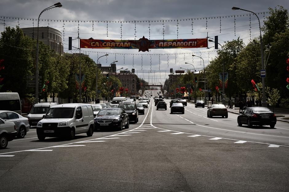 Ruchliwa ulica w Mińsku - foto