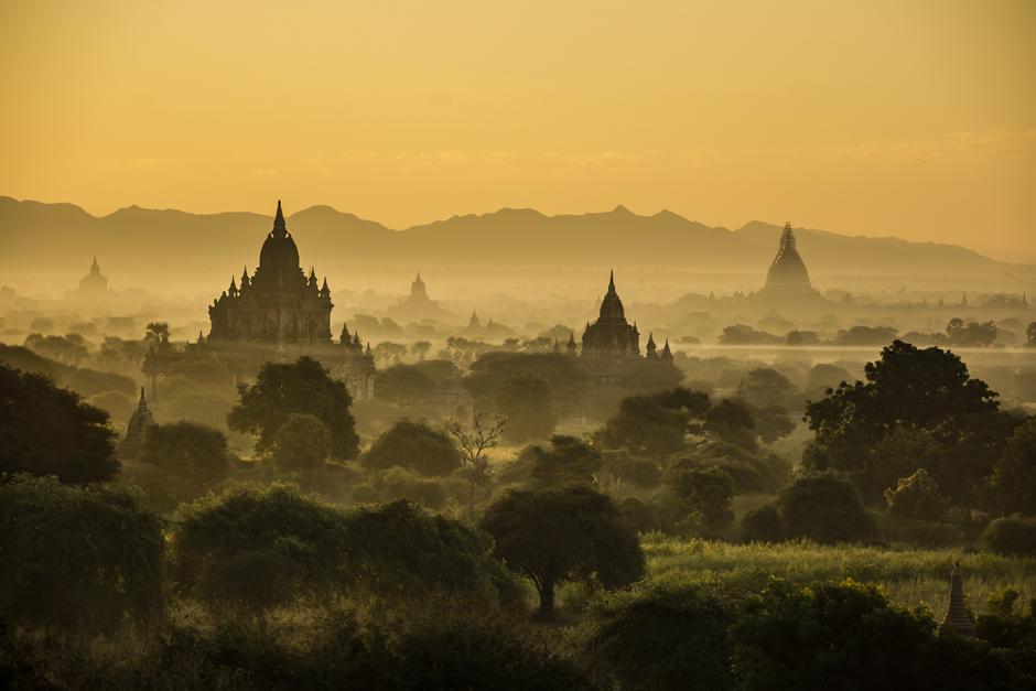 Wschód nad stupami Baganu
