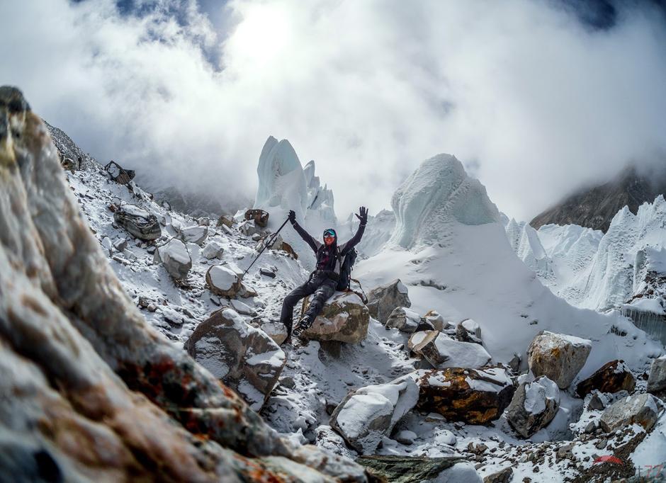 Olek Ostrowski z Wetliny na lodowcu w Himalajach