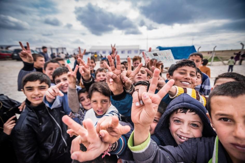 Młodzi uchodźcy w obozie dla uchodźców