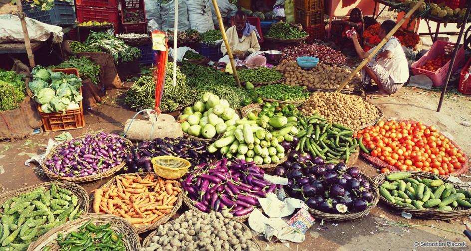 Indie, bazar w Waranasi, jedzenie w Indiach