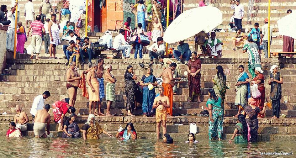 Indie, Waranasi, kąpiel w Gangesie. FOTO - Sebastian Placzek