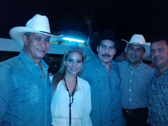 Mario Anguiano, Karewi y cantante Ezequiel Peña