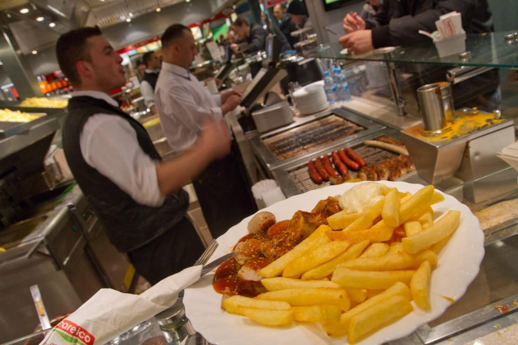 Currywurst en la estación central de Hamburgo