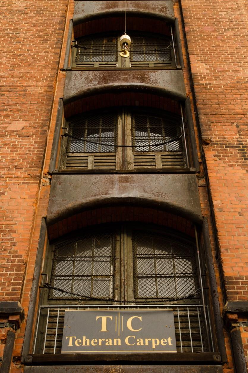 Fachada de un edificio en el antiguo distrito de naves o Speicherstadt, en Hamburgo, Alemania