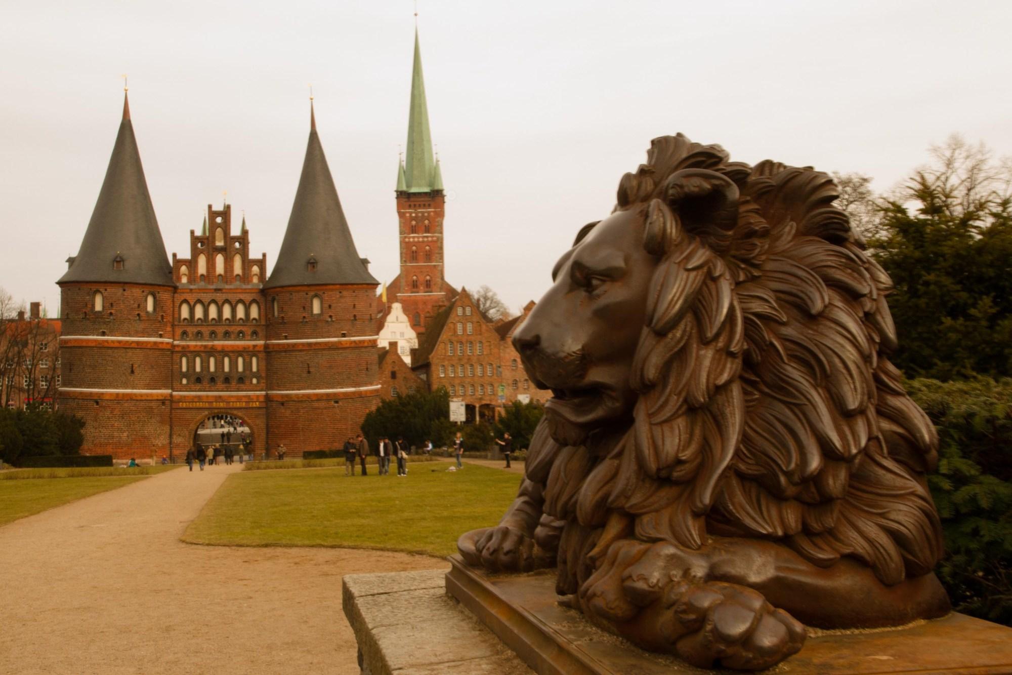 La puerta Holstentor en una tarde sábado en Lübeck, Alemania