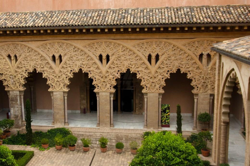 Patio de Santa Isabel, parte central del palacio taifa de la Aljafería, Zaragoza, España