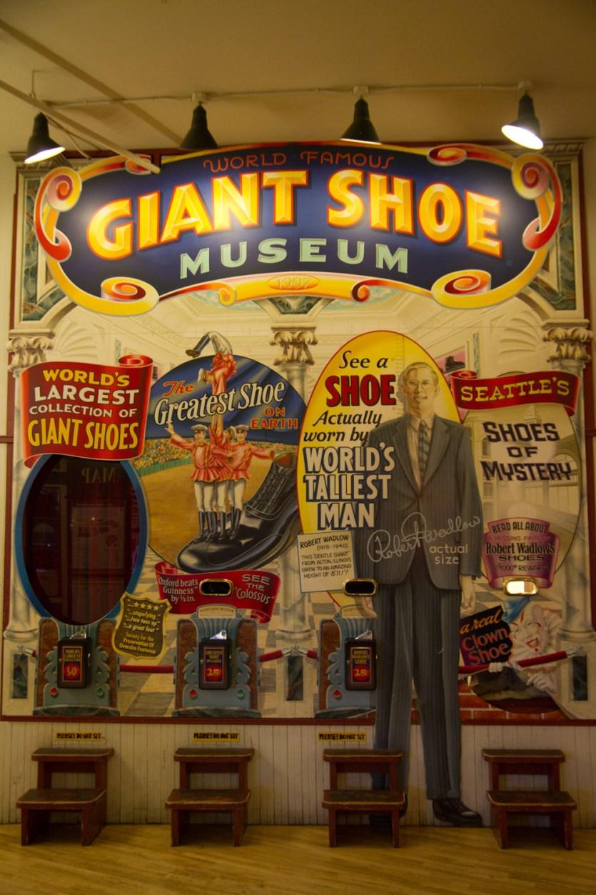 Museo de zapatos gigantes en el mercado de Pike Place, Seattle, EE.UU.