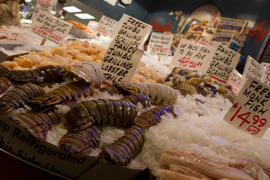 Puesto de pescado y mariscos en el mercado de Pike Place, Seattle, EE.UU.