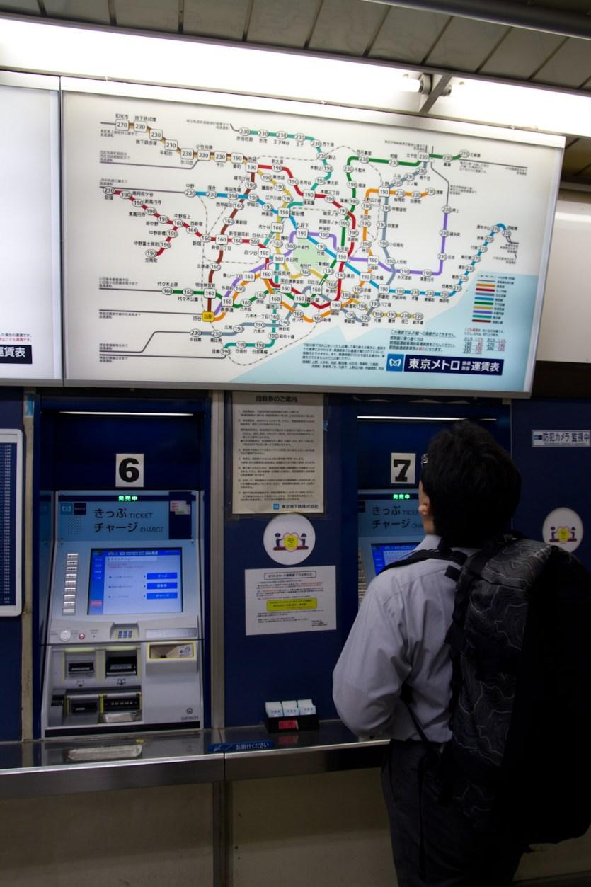 Máquina japonesa de billetes de tren en la estación de Shibuya, Tokio