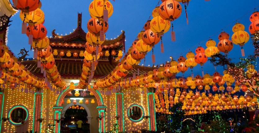 El templo Kek Lok Si decorado durante las celebraciones del año nuevo chino, Penang, Malasia