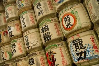 Barriles de sake decorativos en el templo Meiji, Tokio, Japón