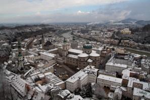 Centro histórico de Salzburgo nevado, Austria