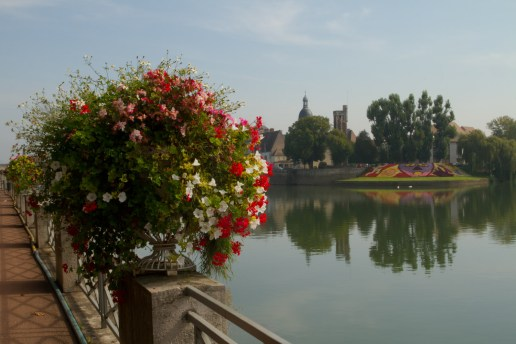El río Saona a su paso por Chalon-sur-Saône, Francia