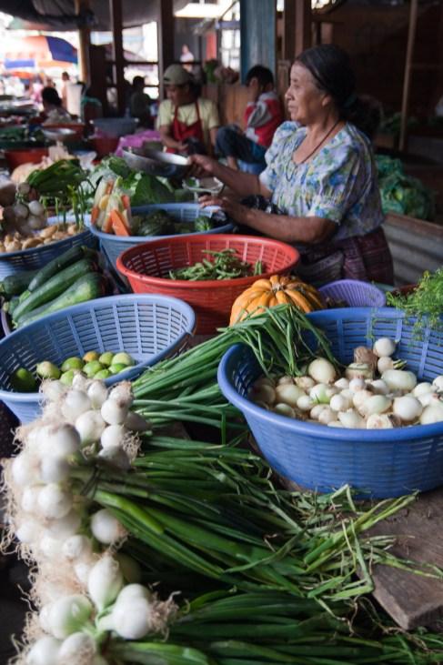 Mercado tradicional en San Pedro La Laguna, Guatemala