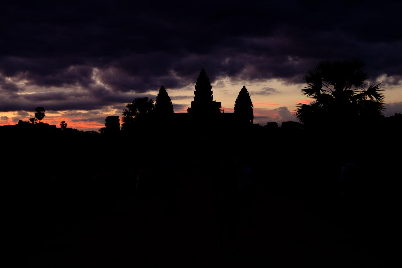 Un dramático amanecer en el templo de Angkor Wat, Camboya