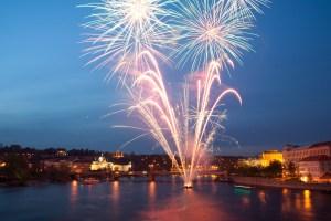 Fuegos artificiales sobre el río Moldava, Praga, República Checa