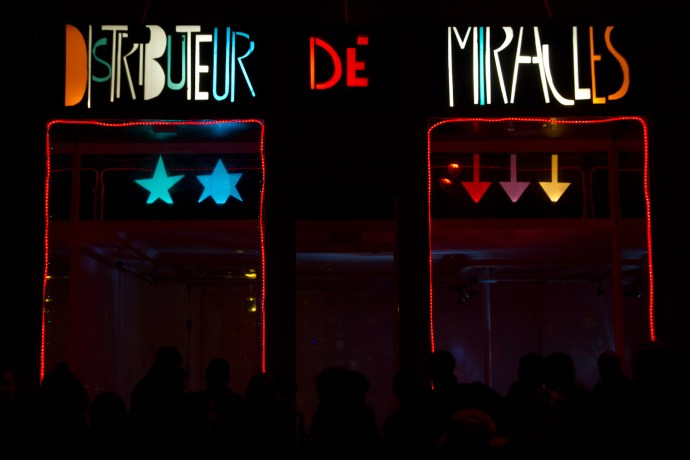 """Fête des lumières 2011 de Lyon, Francia: """"Distributeur de miracles"""" en la rue du Président Carnot"""