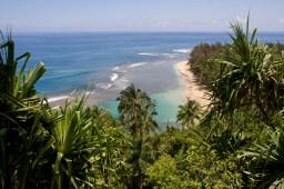 Playa Ke'e vista desde el sendero Kalalau, isla de Kauai, Hawaii, EE.UU.