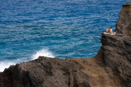 Chicas en un acantilado, Oahu, Hawaii, EE.UU.