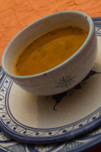 Sopa harira preparada en un riad en Mequinez, Marruecos