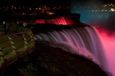Las cataratas del Niágara iluminadas de noche, vistas desde Prospector Point, en Niagara Falls, NY, EE.UU.