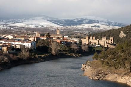 Panorámica de Buitrago del Lozoya y el río Lozoya, Comunidad de Madrid, España