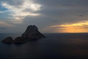 El islote de Es Vedrà al atardecer, visto desde Ibiza, España