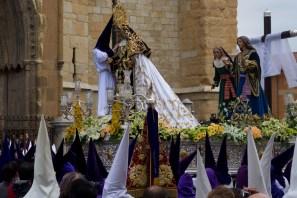 Un penitente cambiando el manto de la Virgen en la procesión de El Encuentro en León, España
