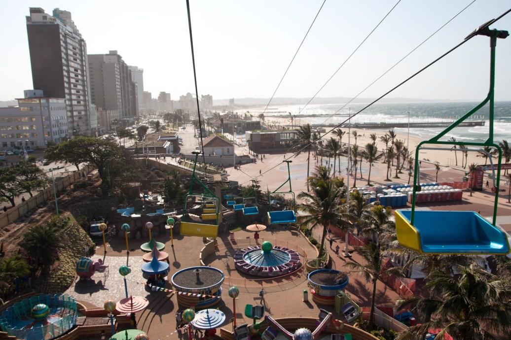 Vista aérea de la Milla Dorada desde el parque de atracciones Funworld, Durban, Sudáfrica