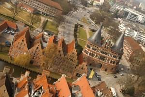 La puerta Holstentor vista desde la torre de la iglesia de San Pedro, Lübeck, Alemania