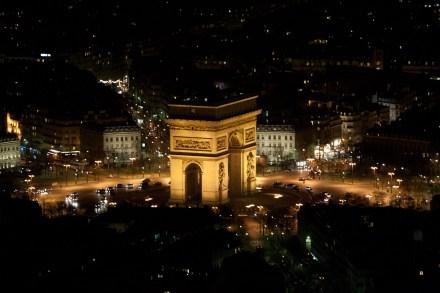 El Arco del Triunfo de París, Francia, visto desde la Torre Eiffel
