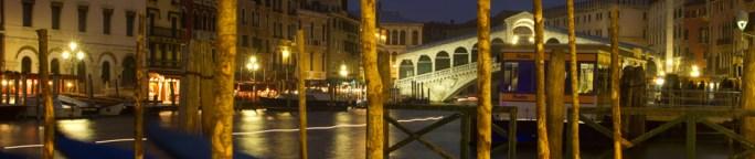 El Puente de Rialto de Venecia, Italia, de noche