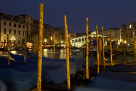Atracadero de góndolas y Puente de Rialto, Venecia, Italia