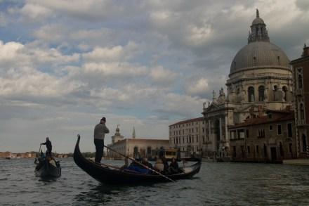Góndolas y la Basílica de Santa Maria della Saluta, en el Gran Canal de Venecia, Italia