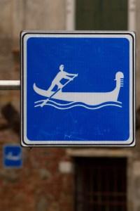 Letrero de tráfico en una canal de Venecia, Italia