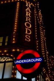 Letreros iluminados de Harrods y el Underground de Knightsbridge, Londres, Reino Unido
