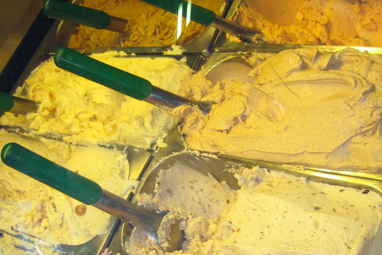 Deliciosos helados artesanales en la heladería Alaska en Venecia, Italia