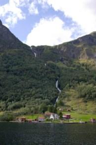 Un pueblo con cascada en el fiordo Nærøyfjord, Noruega