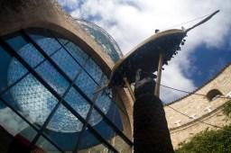 Patio y cúpula geodésica del Teatro-Museo Dalí en Figueres, España