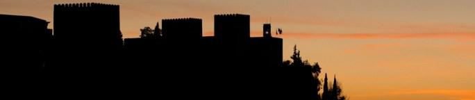 La silueta de la Alhambra de Granada al atardecer