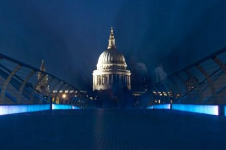 La Catedral de St. Paul's desde el Millenium Bridge de noche, Londres, Inglaterra