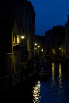 Los canales de Venecia, Italia, durante la noche