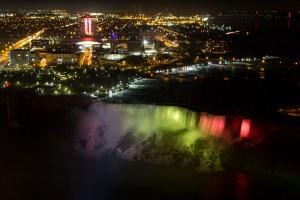 Espectáculo de luces nocturno en las cataratas del Niágara, Niagara Falls, NY, EE.UU.