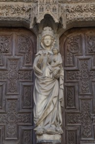 Escultura de la Virgen con el Niño en la Catedral de León, España