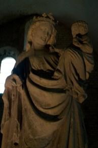 Escultura de la Virgen con el Niño en la Abadía de Fontenay, Francia